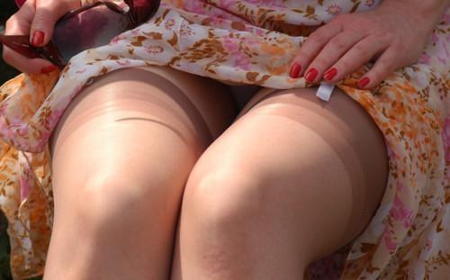 фото под юбкой между ног